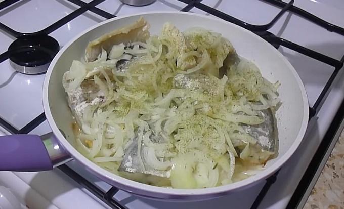 Кладем порезанный лучок на сковородку