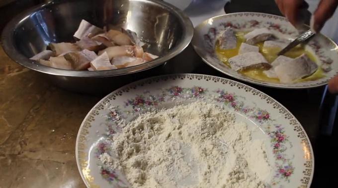 Обваливаем рыбу в муке и яйце
