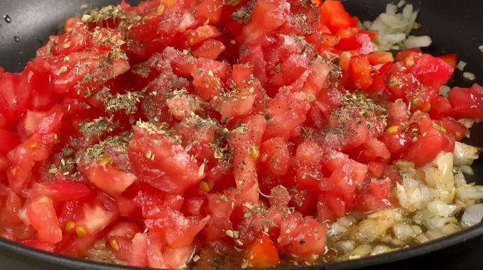 Обжариваем помидоры и перец