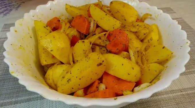 Перемешиваем овощи для запекания