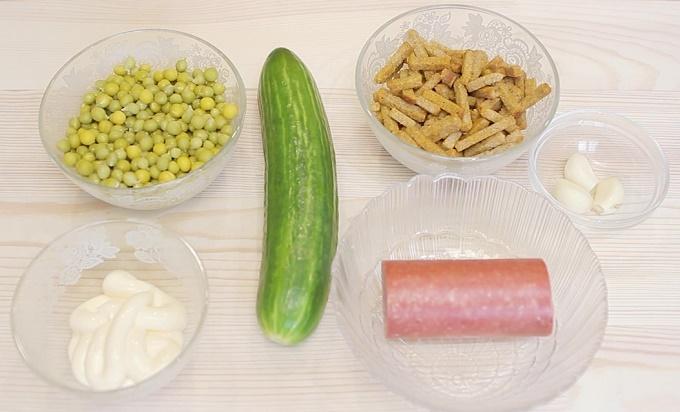 Ингредиенты для салата с копченой колбасой и сухариками