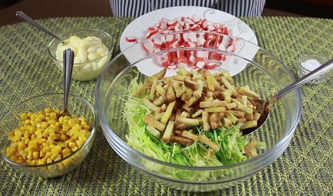 Собираем салат из нарезанных продуктов