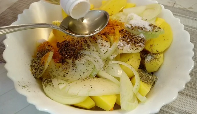 Добавляем к картошке растительное масло