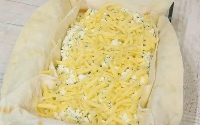 Укладываем творог и сыр в форму