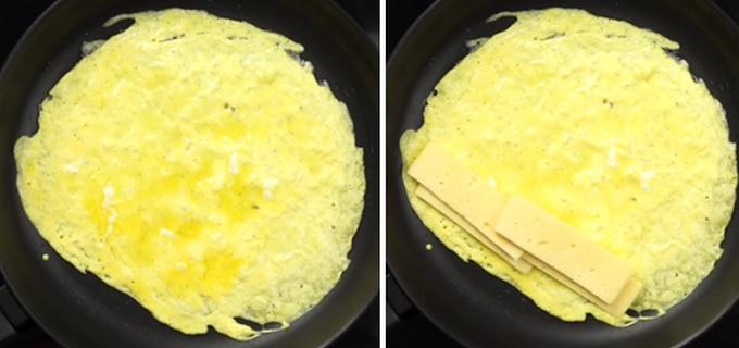 Жарим желтки и выкладываем сыр