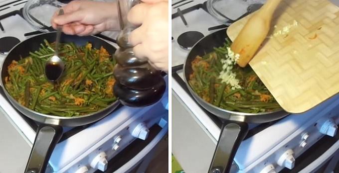 Добавляем соевый соус и чеснок