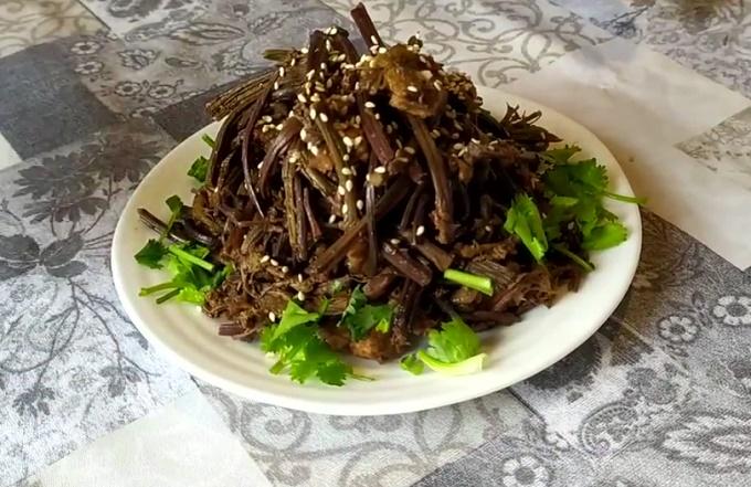 Салат с папоротником из сушеного