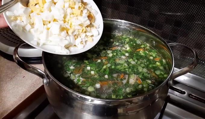 Готовый щавелевый суп с рисом