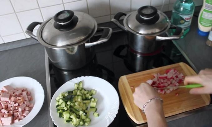 Нарезаем колбасу, огурцы, редиску