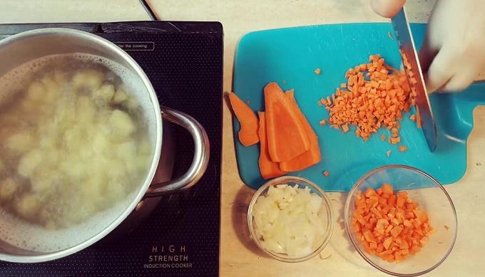 Нарезаем морковку и лук