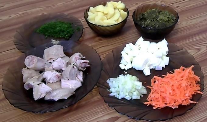 Нарезаем овощи, яйца и курицу
