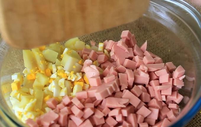 Нарезаем колбасу, картошку и яйца