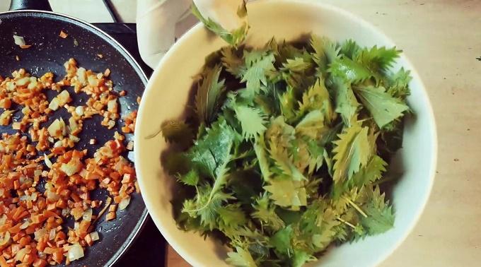 Обжариваем лук и морковь, готовим крапиву