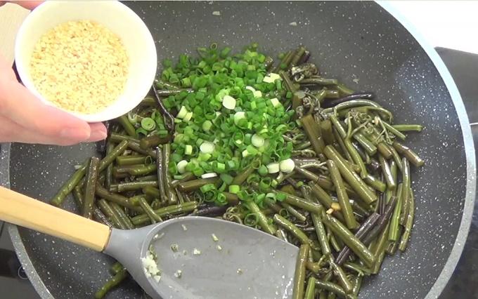 Кунжут и зеленый лук