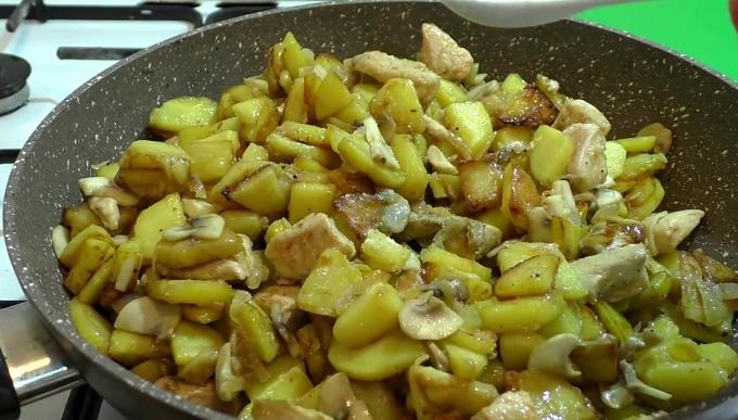 Жарим картошку, грибы, курицу
