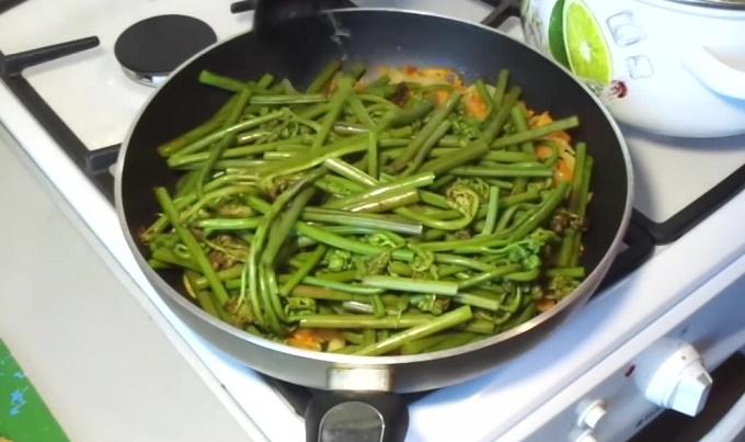 Жарим папоротник с овощами