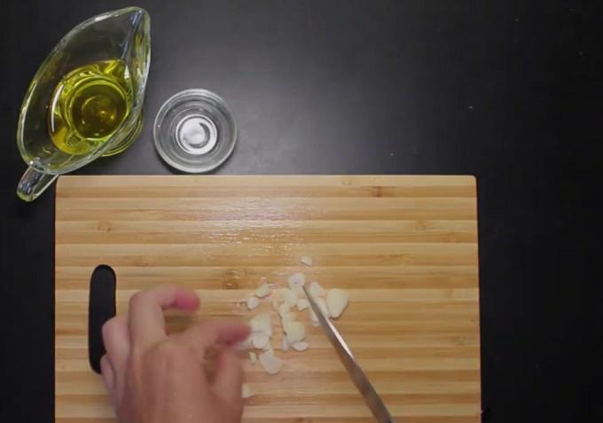 Нарезаем пластинками зубки чеснока