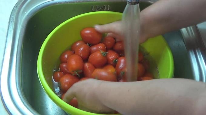 Хорошо промоем помидоры