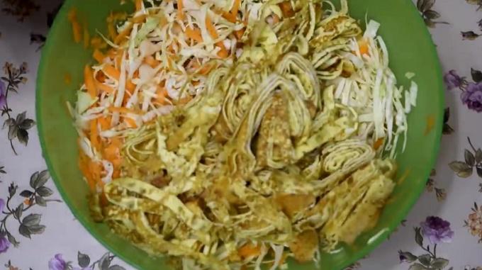 В миске с капустой и морковь. соломка из омлета