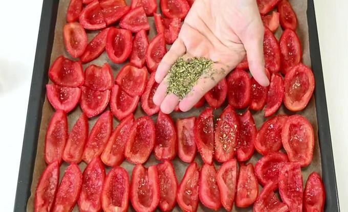 Посыпаем помидоры солью, сахаром, специями