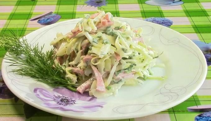 Готовое блюдо с колбасой и капустой