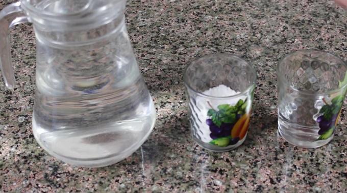 Вода, соль, водка для засолки огурцов