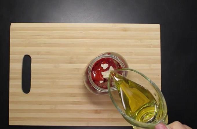 Заливаем маслом вяленые помидоры