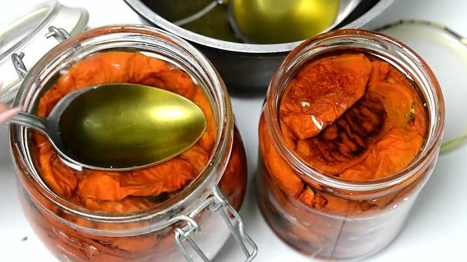 Заливаем помидоры маслом