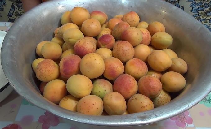 Абрикосы - целые плоды
