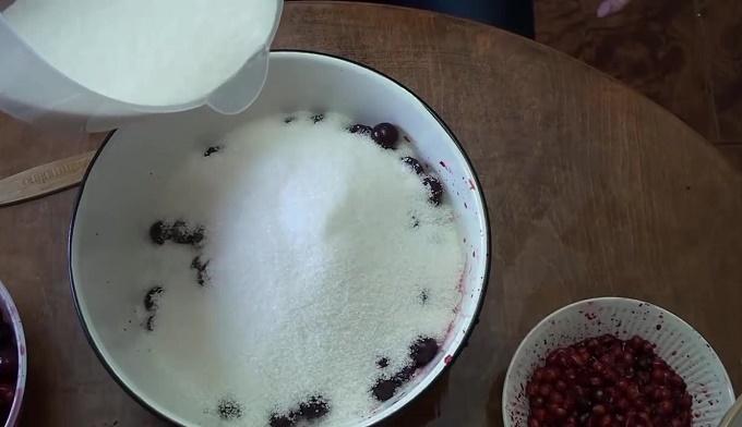 Засыпаем сахар в варенье