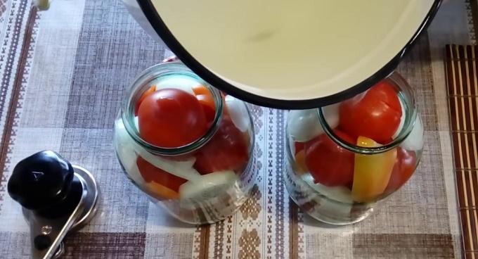 Готовые маринованные помидоры с луком