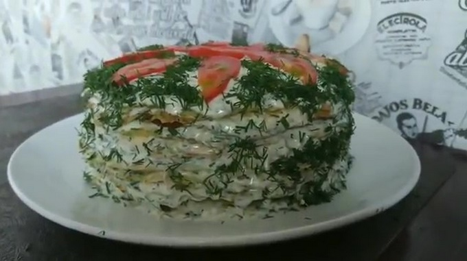 Готовый торт из кабачков с помидорами и сыром
