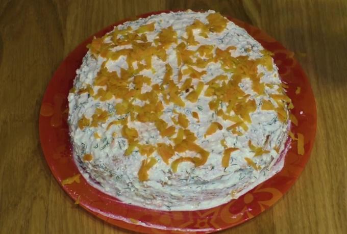 Готовый торт нужно украсить огурчиками и помидорами