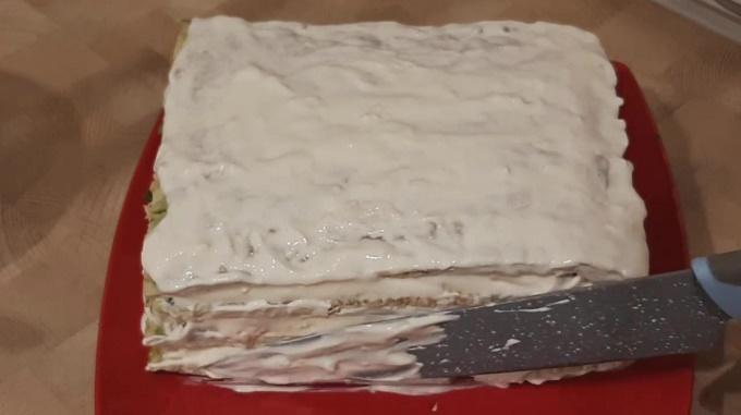 Готовый торт смазываем чесночно-сметанным соусом
