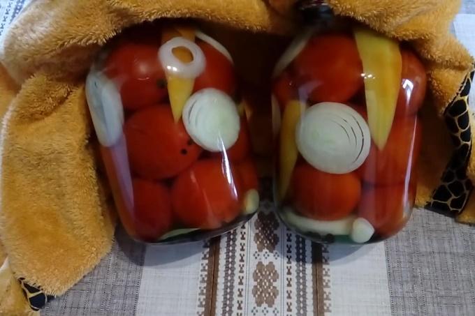 маринованные помидоры с луком после прогревания под пледом
