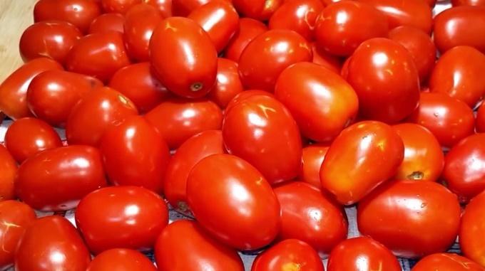Промываем и обсушиваем помидоры