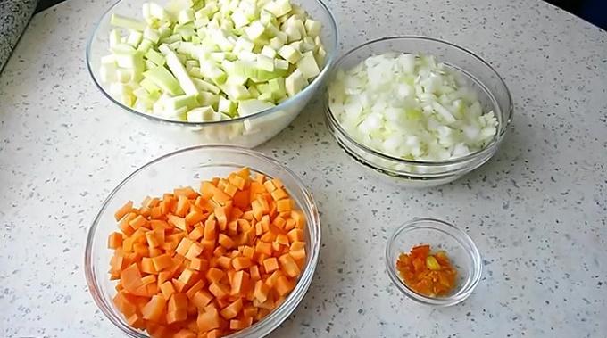 Режем кусочками кабачки, морковь, лук