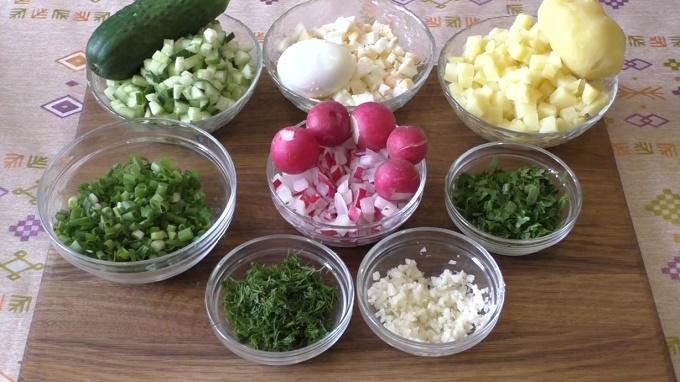 Режем овощи, яйца и зелень