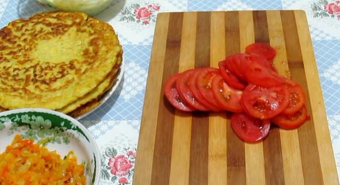 Режем помидоры кружочками