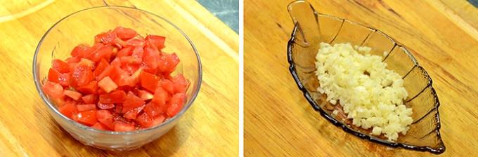 Режем помидоры и чеснок