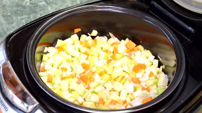 Смесь овощей в чаше мультиварки