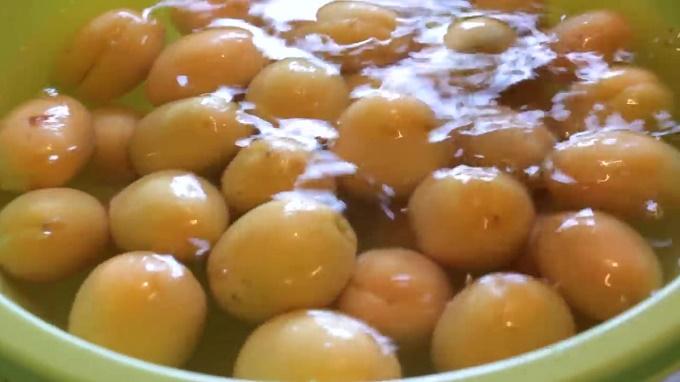 Вымачивание абрикосов в содовом растворе