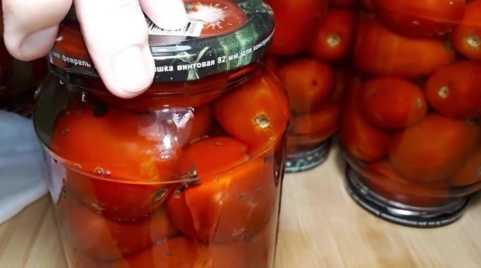 Заворачиваем крышки, помидоры готовы