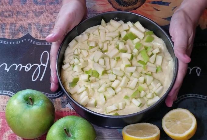 Форма для выпечки с тестом и яблоками