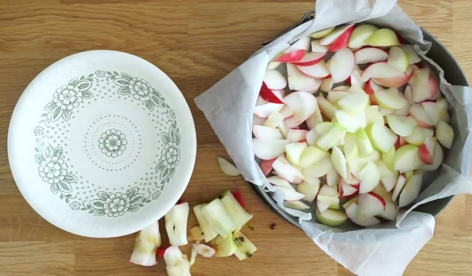 Яблочные дольки в выпечной форме