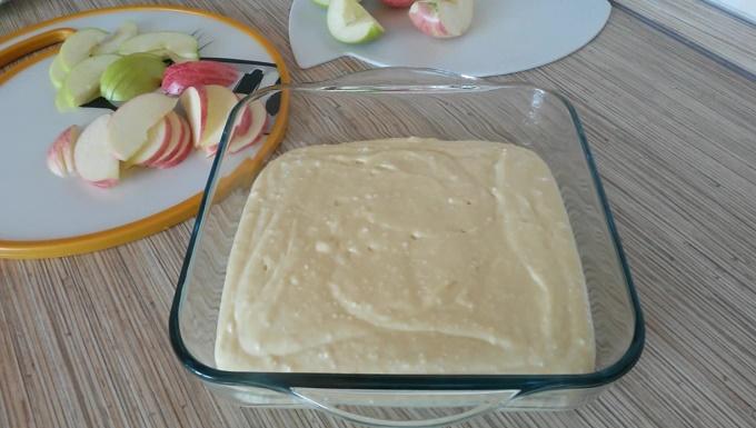 Тесто с яблоками подготовлены к выпечке