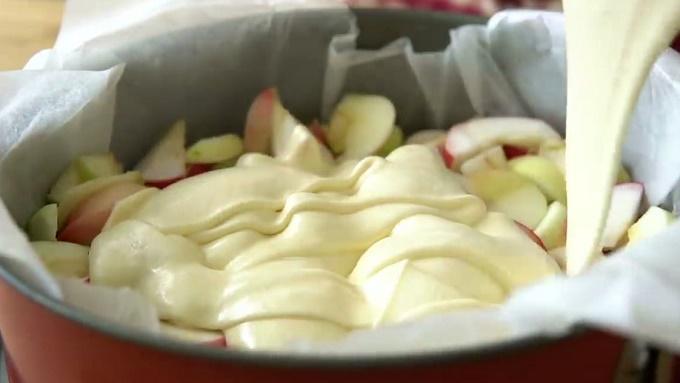 Тестом заливаем яблоки