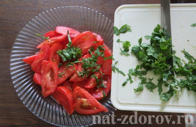 Перемешиваем помидоры с зеленью
