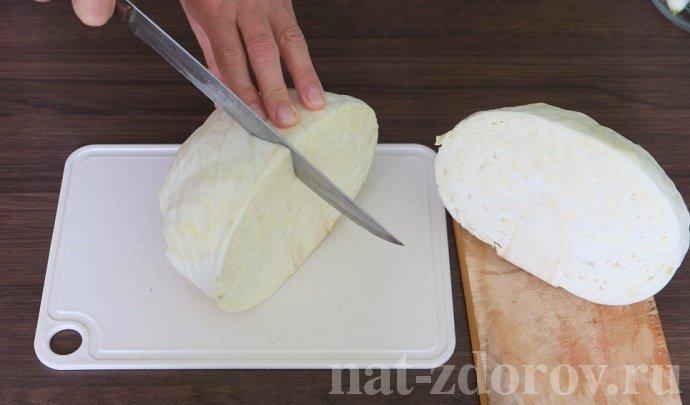 Разрезаем кочан капусты пополам